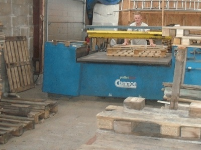 Werkplaats met cekamon sloopmachine
